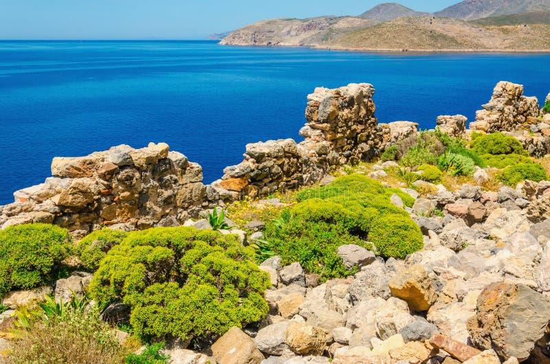 美化海岸和希腊costline安静的海海湾  免版税库存图片
