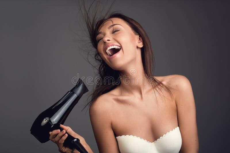 美化的好女孩在阵雨以后 免版税库存照片