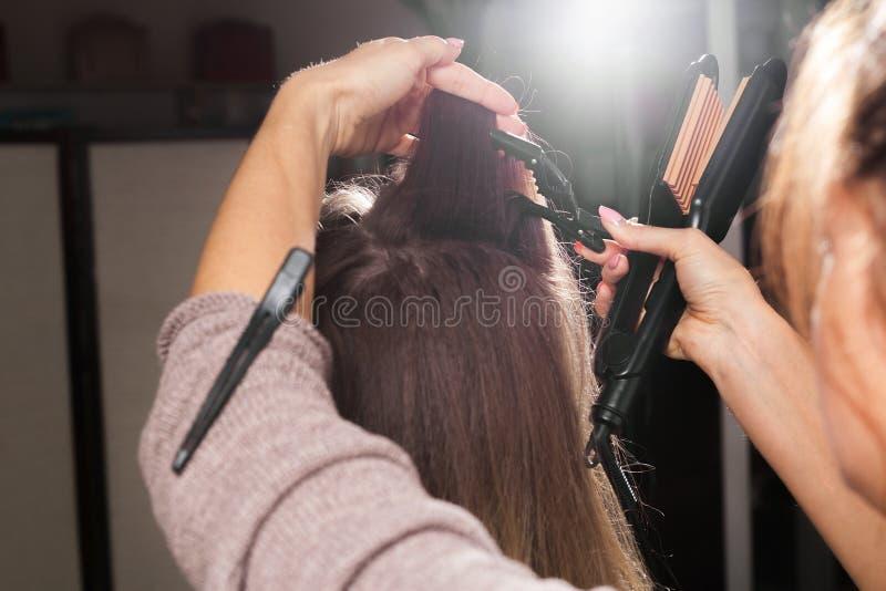 美发师一个模型的剪报头发在做成波状前的 免版税库存图片