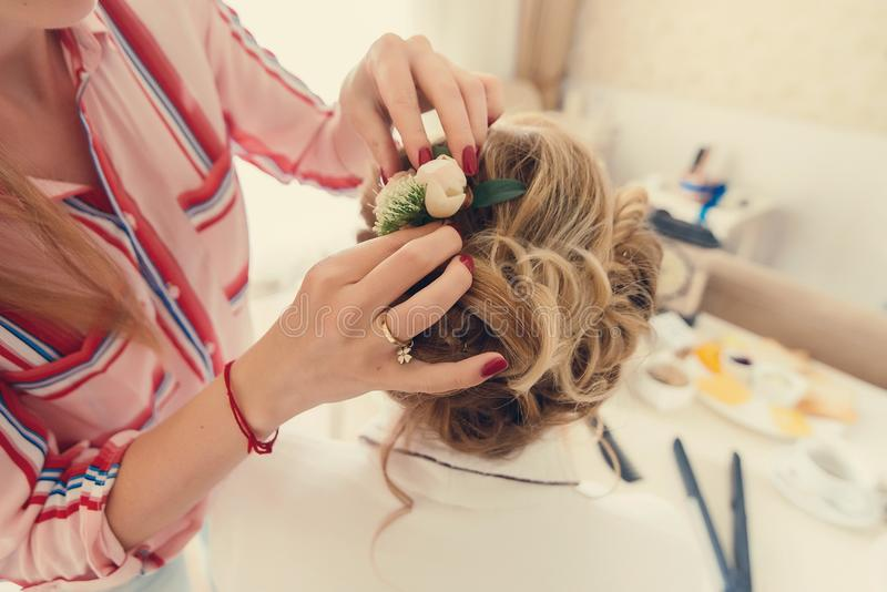 美发师做新娘的发型 新娘早晨 免版税库存照片