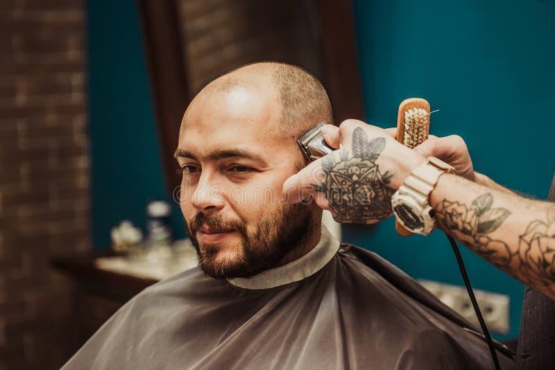 美发师做头发短的人 库存照片