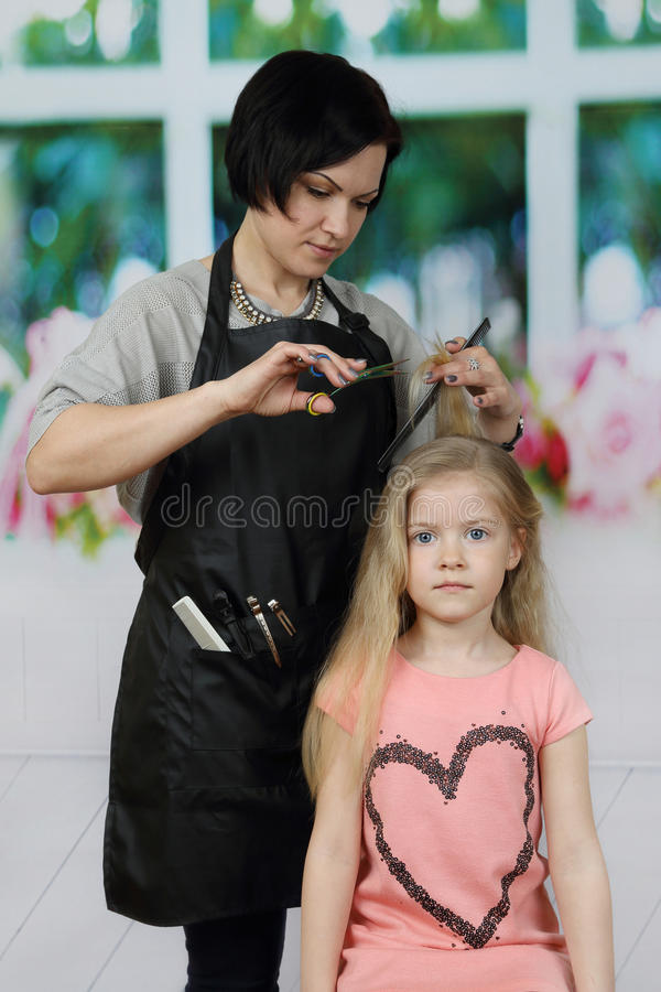 美发师剪头发 库存图片