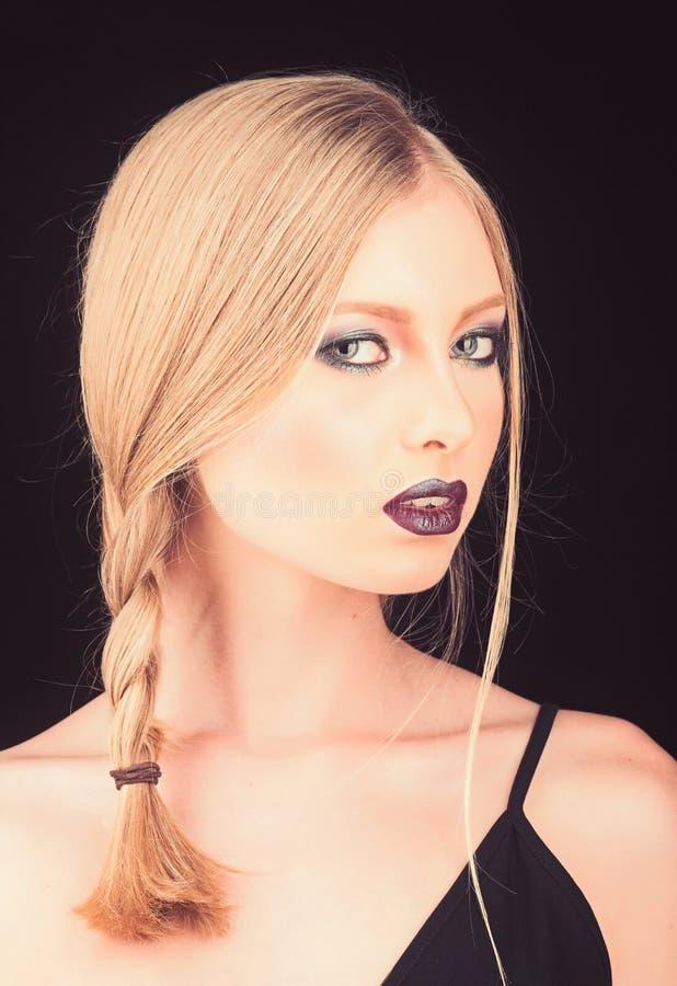 美发师和美容院 有在黑色隔绝的金发的性感的妇女 构成肉欲的女孩神色和skincare  免版税库存图片