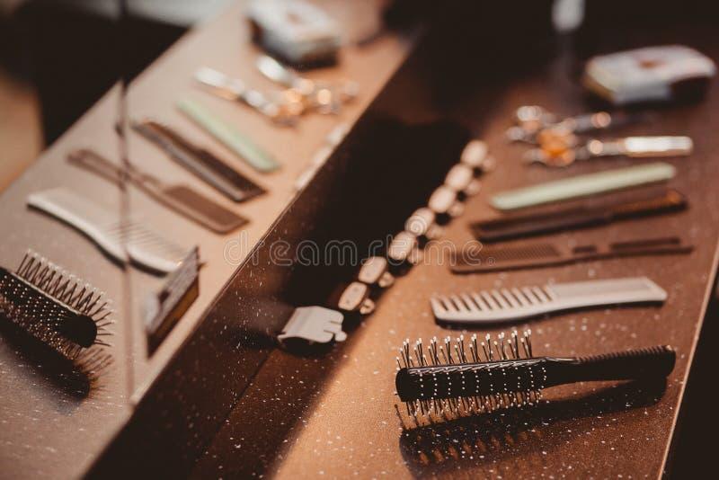 美发师` s工具:梳子,剪刀,附着头发剪刀 免版税库存图片