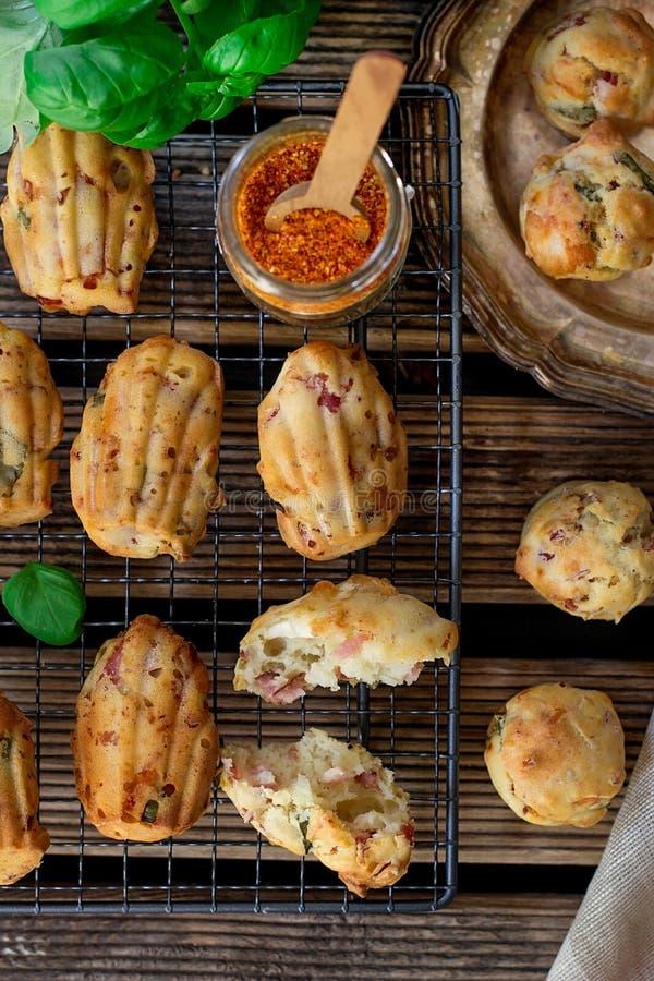 美味乳酪松饼用火腿、山羊乳干酪和红辣椒 库存照片