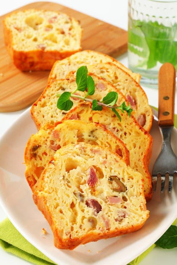 美味火腿和橄榄色的蛋糕 免版税库存照片