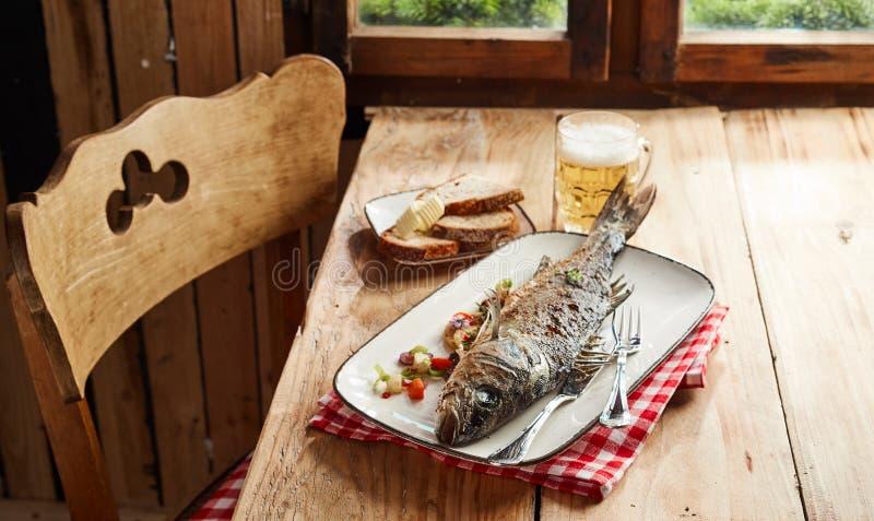 美味烤箱烤整个鲈鱼用草本 免版税库存图片