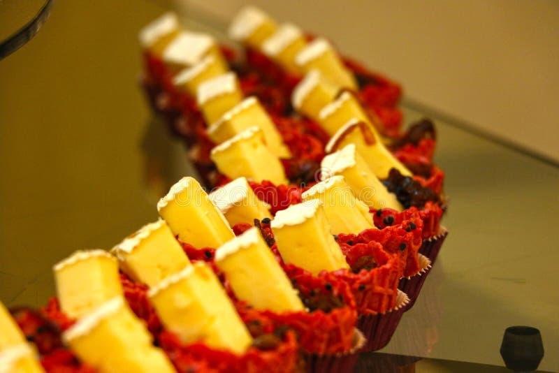美味的点心,蛋杯蛋糕在餐馆, 2017年6月28日的迪拜 免版税图库摄影