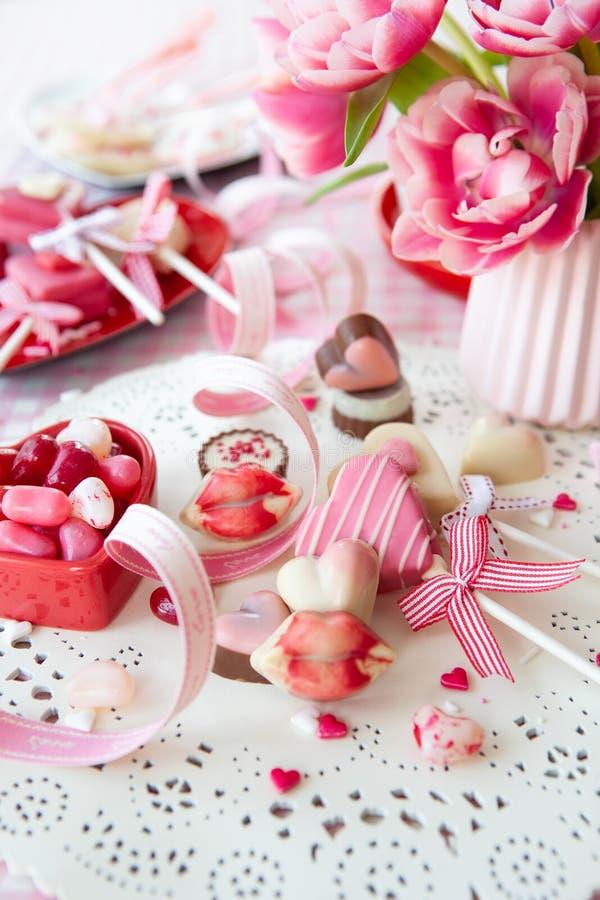 美味的甜点和鲜花 免版税图库摄影