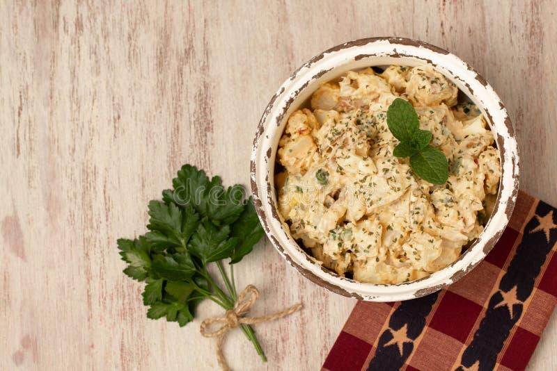 美味的野餐土豆沙拉和欧芹 免版税库存照片