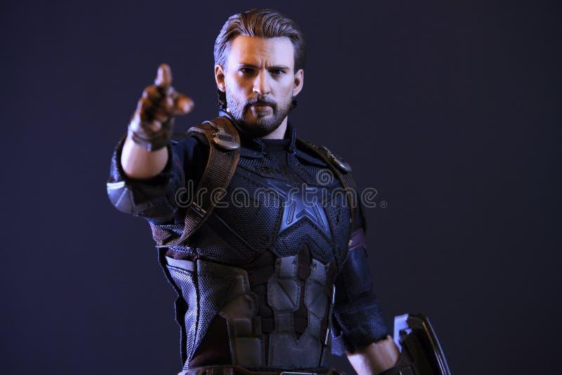 美国上尉无限战争在行动战斗的superheros形象接近的射击  免版税库存照片