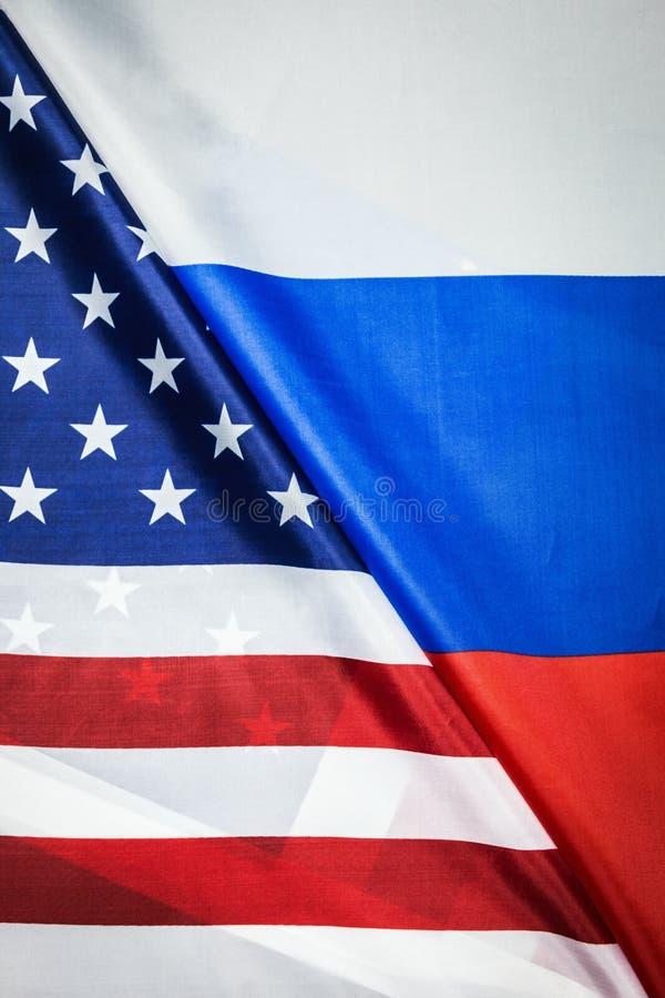 美国下垂和俄罗斯旗子背景 纺织品旗子 免版税库存照片
