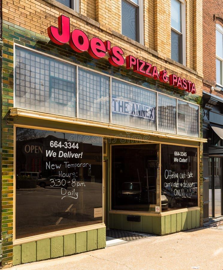 美国中西部小镇披萨店的开业时间有限,而且由于冠状病毒而只能提供短时间的路边皮店服务 库存图片