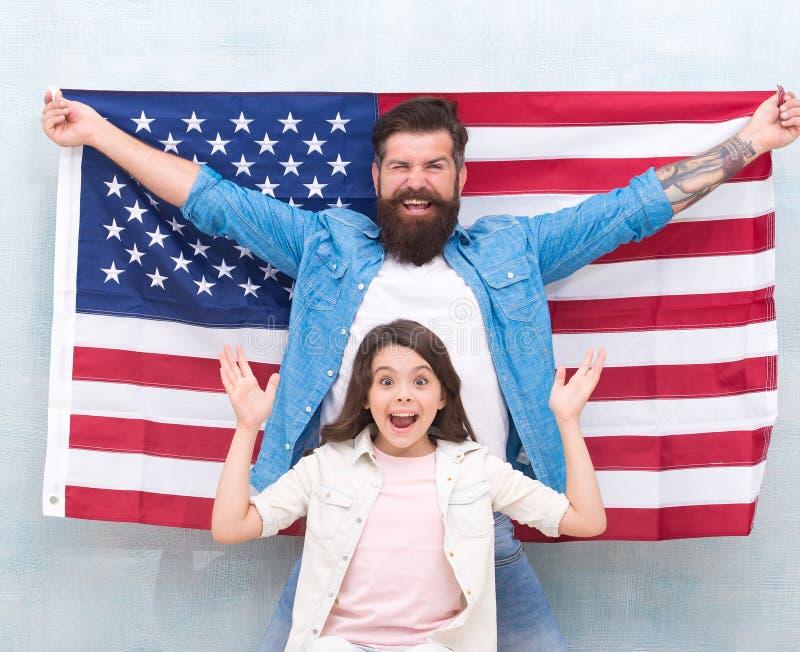 7?4? 美国人庆祝独立日 父亲和女儿美国旗子 爱国的家庭 独立日是 图库摄影