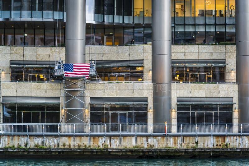 美国伊利诺伊州芝加哥河滨大厦的美国国旗 图库摄影