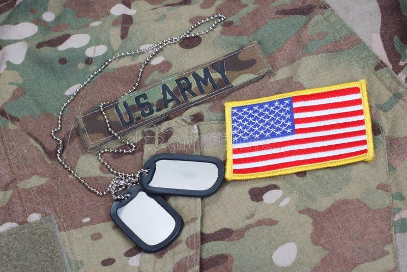 美国军队伪装了有美国旗子补丁的制服 免版税库存图片