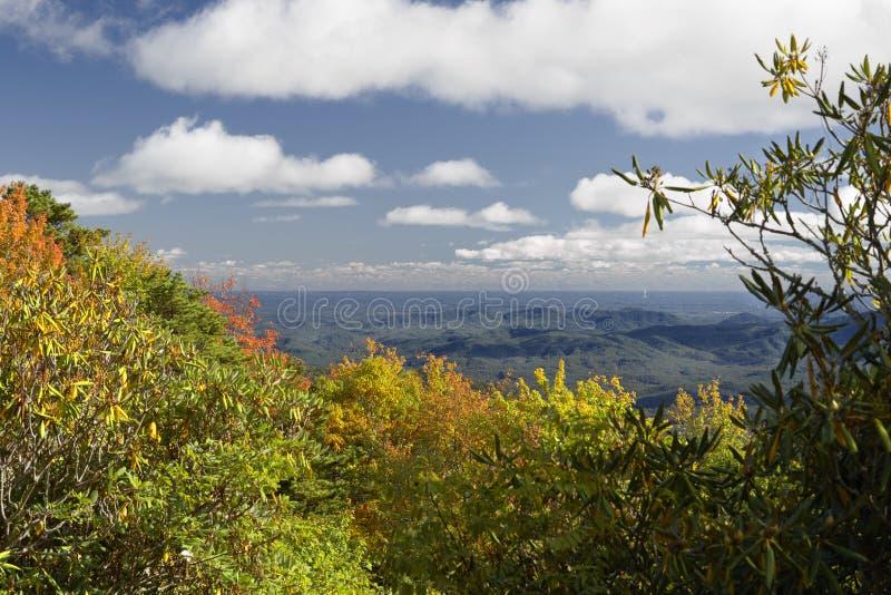 美国北卡罗来纳州蓝岭公路脊路口秋色 免版税库存照片