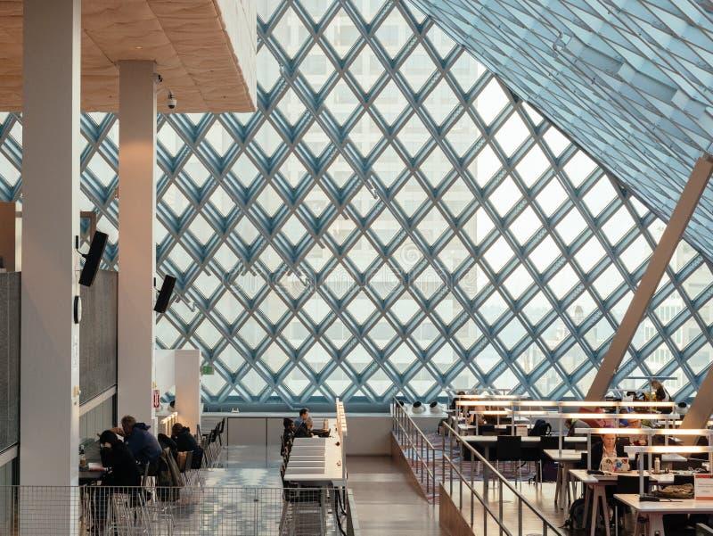 美国华盛顿州西雅图 — 由著名建筑师雷姆·库哈斯设计的西雅图公共图书馆 库存图片