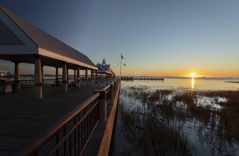 美国南卡罗来纳州查尔斯顿,2019年11月,查尔斯顿港湾和码头的日出 库存照片