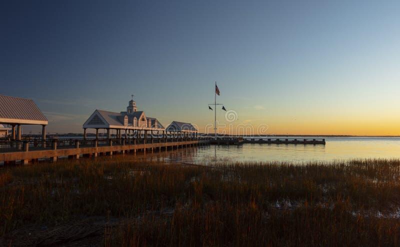 美国南卡罗来纳州查尔斯顿,2019年11月,查尔斯顿港湾和码头的日出 库存图片