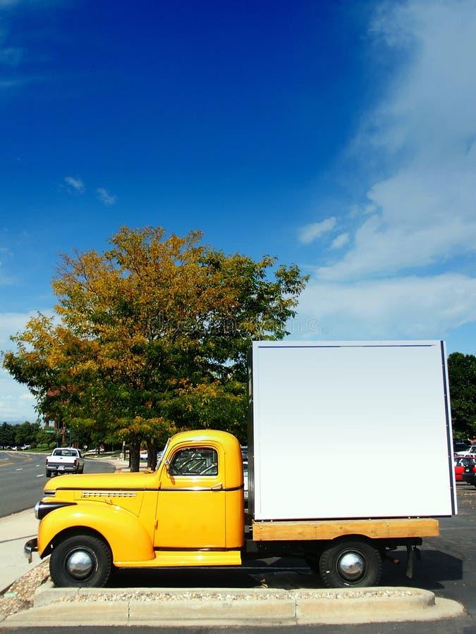 美国古色古香的经典卡车黄色 免版税库存照片