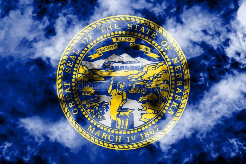 美国各州内布拉斯加的国旗反对一股灰色烟的在不同颜色的独立的那天蓝色红色和 库存例证