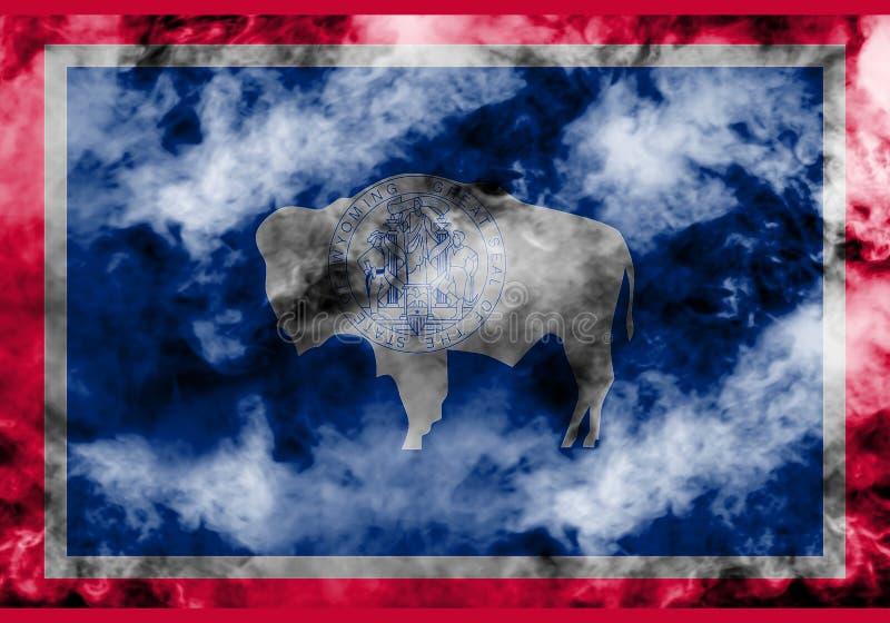 美国各州怀俄明的国旗反对一股灰色烟的在不同颜色的独立的那天蓝色红色和 皇族释放例证
