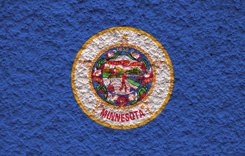 美国各州明尼苏达的国旗对有石表面的灰色墙壁在蓝色红色的独立的那天和 库存图片