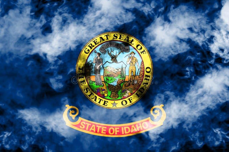美国各州爱达荷的国旗反对一股灰色烟的在不同颜色的独立的那天蓝色红色和 库存例证