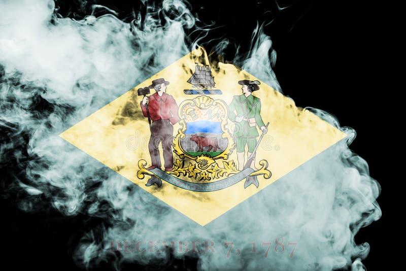 美国各州特拉华的国旗反对一股灰色烟的在不同颜色的独立的那天蓝色红色和 库存例证