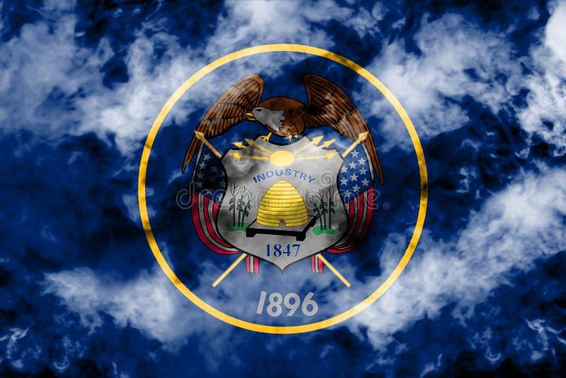 美国各州犹他的国旗反对一股灰色烟的在不同颜色的独立的那天蓝色红色和 皇族释放例证