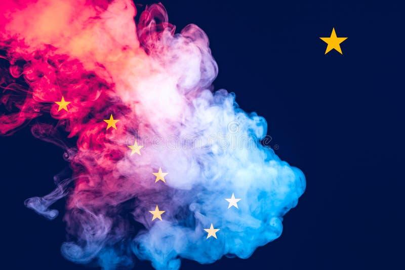 美国各州阿拉斯加的国旗反对一股灰色烟的在不同颜色的独立的那天蓝色红色和 皇族释放例证
