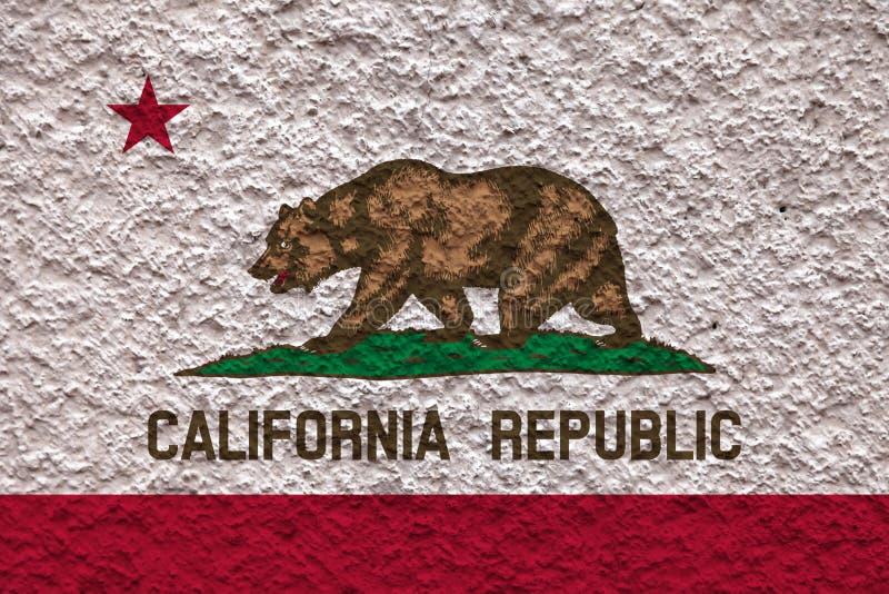 美国各州阿拉斯加的国旗对有石表面的灰色墙壁在蓝色的颜色的独立的那天 图库摄影