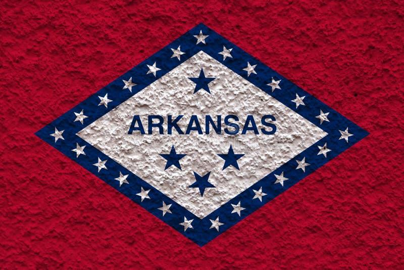 美国各州阿拉斯加的国旗对有石表面的灰色墙壁在蓝色的颜色的独立的那天 库存照片