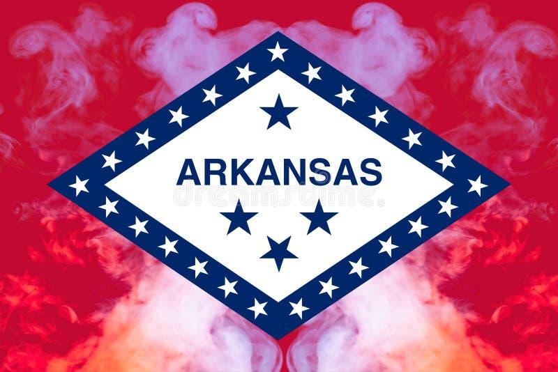 美国各州阿肯色的国旗反对一股灰色烟的在不同颜色的独立的那天蓝色红色和 皇族释放例证