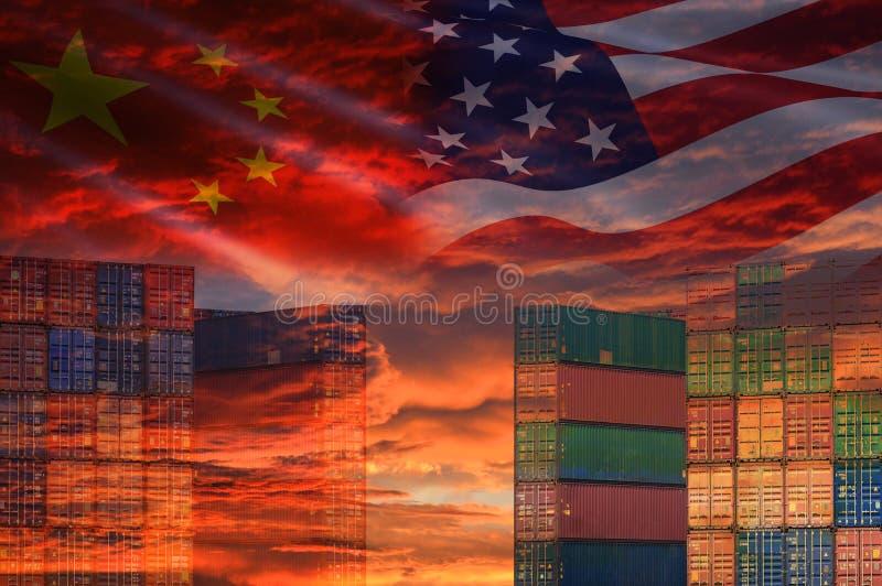 美国和中国贸易战经济冲突税企业财务金钱/美国提高了物品税从中国的容器的 库存照片