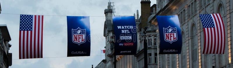 美国和美国橄榄球联盟旗子在皮卡迪利广场的伦敦 图库摄影