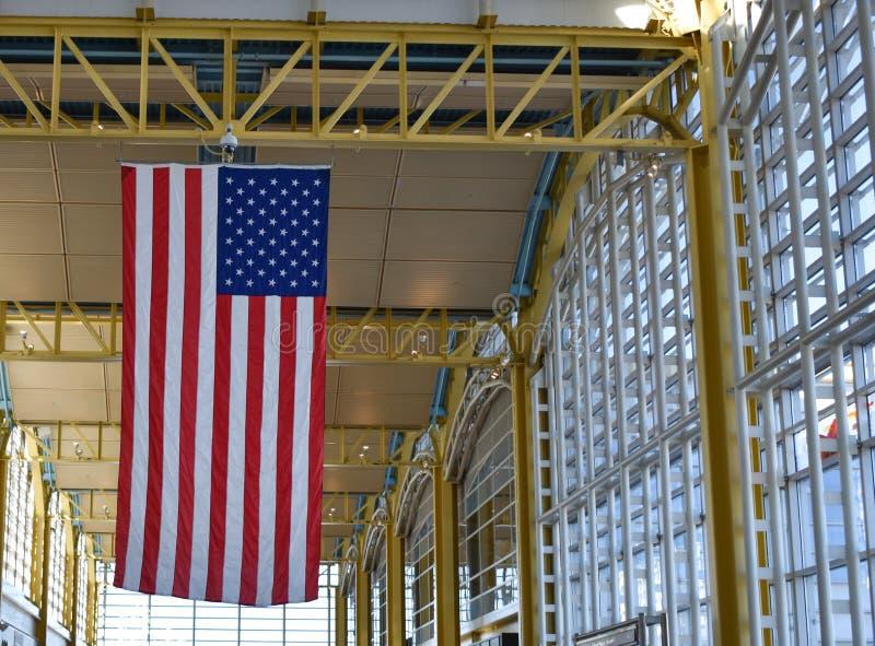 美国国旗从天花板垂悬在罗纳德・里根华盛顿 免版税库存图片
