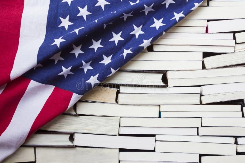 美国国旗和堆书 库存图片