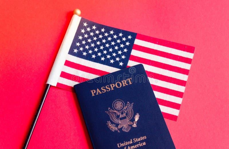美国国旗和护照 图库摄影