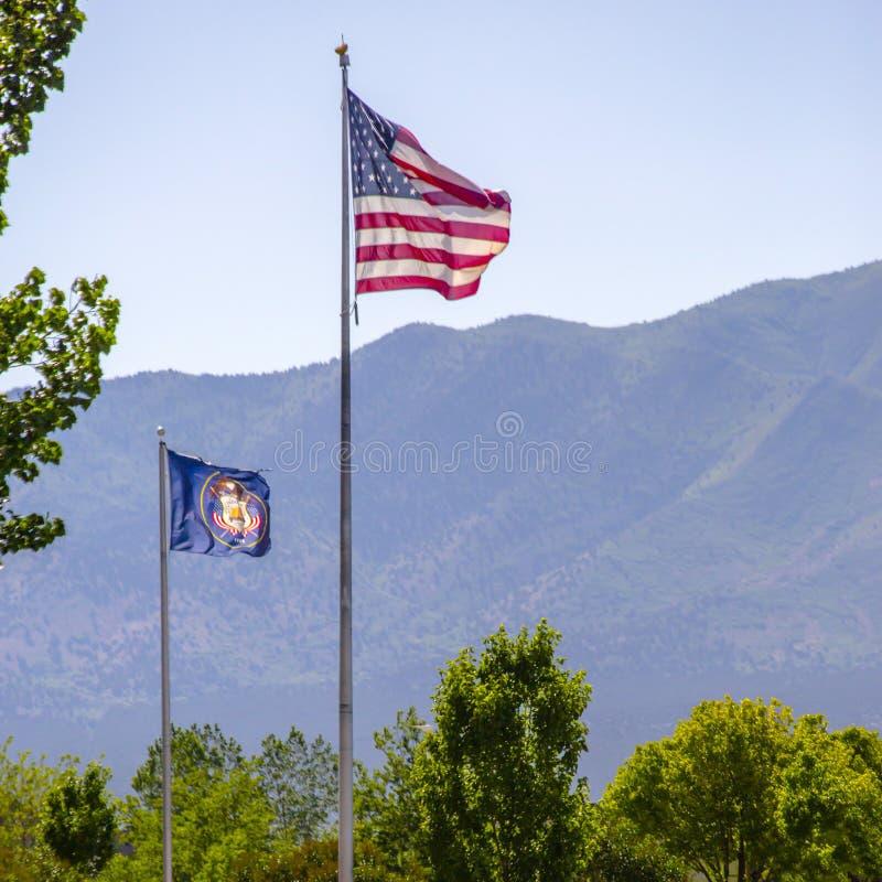 美国国旗和犹他旗子有山看法  免版税库存照片