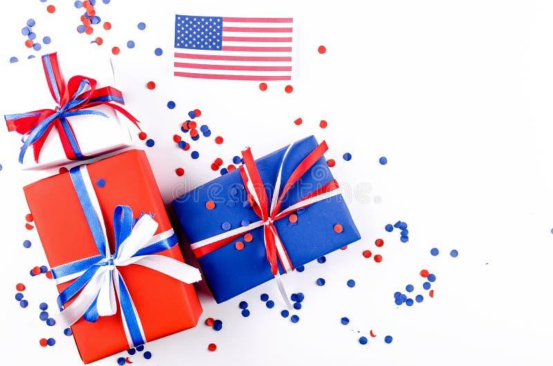 美国国旗和红色,蓝色和白色礼物盒 免版税库存照片