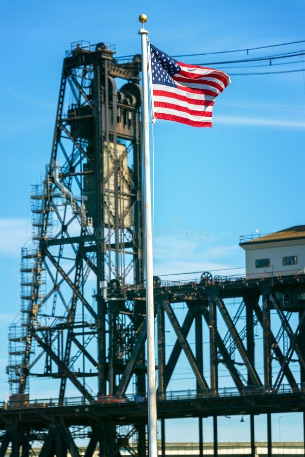 美国国旗和钢桥梁 库存照片