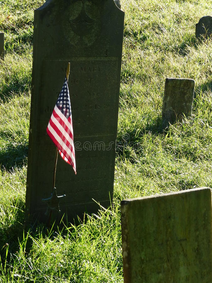 美国国旗在古老坟园 图库摄影