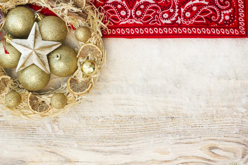 美国圣诞节背景与圣诞节花圈和冬天h 免版税库存照片