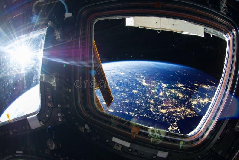 美国在与城市光的晚上从外层空间 免版税库存照片