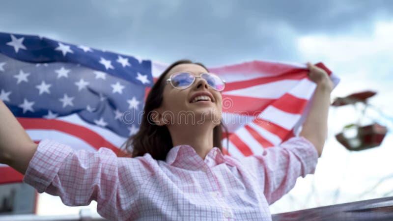 美国在体育场扇动欢呼的和挥动的美国国旗,支持国家队 免版税库存照片