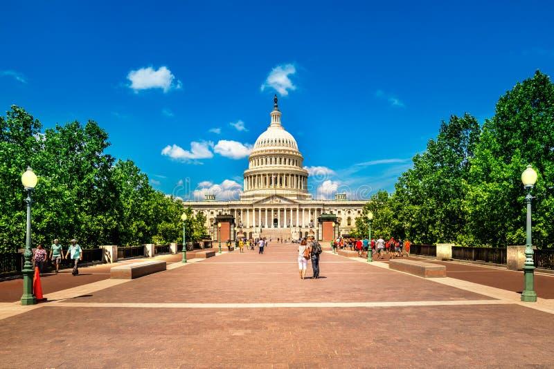 美国在华盛顿特区的国会大厦大厦-著名美国地标的东部门面与游人的 图库摄影