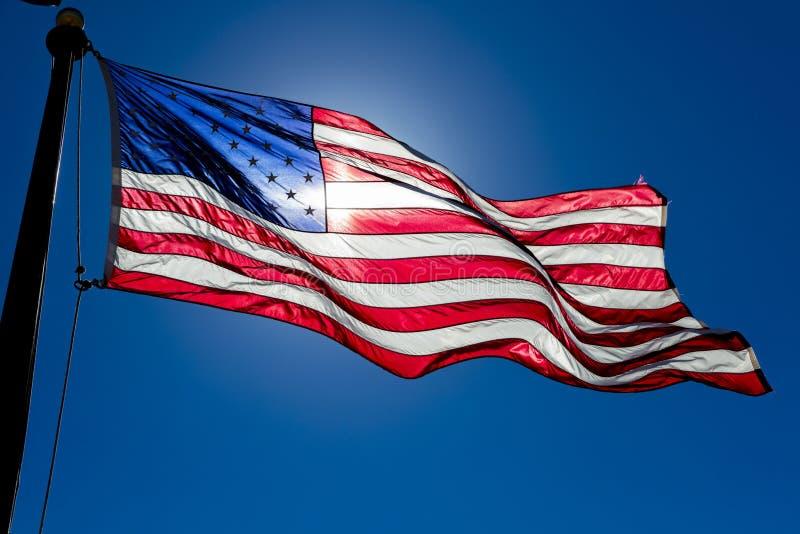 美国在天空蔚蓝的旗子波浪在亚利桑那 库存照片