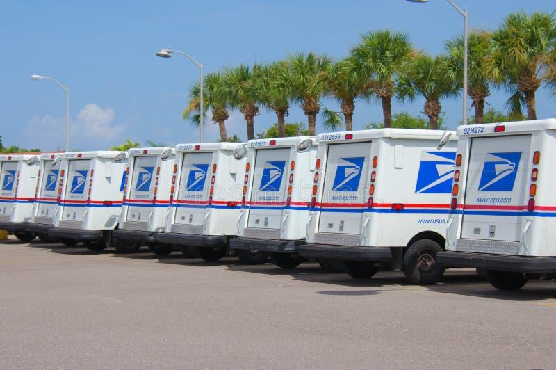 美国在长的行的邮政局卡车 库存图片